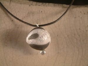 Rakuperle mit Silberaufhängung